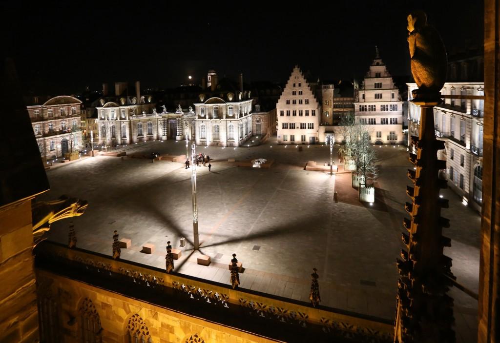 Place du chateau de nuit depuis cathédrale